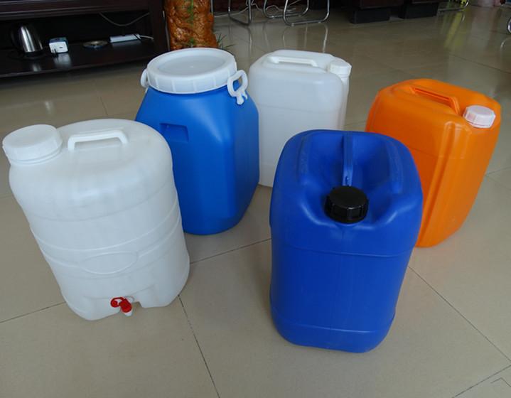 25升塑料桶和25公斤塑料桶、塑料桶产品特点:具有耐酸、耐碱、耐高温、无毒、无菌、无味,并具有优良的耐伸缩性和耐冲击性能。颜色:根据客户要求调色,品种多样,规格齐全,设计科学,经久耐用,绝色环保,清洁整齐,质量保证。采用壁厚控制系统,使桶身均匀,强度提高,抗冲击,抗跌落指标优异。100%采用净化吹气系统, 用全新耐冲击新料制造,保证桶内清洁、卫生使用广泛塑料化工桶具有整体(PE)一次成型无接缝、抗冲击、抗老化、重量轻、不渗漏、耐酸碱、寿命长、符合卫生标准等优点, 食品包装:酱、油、醋、调味品、牛乳、乳酸等